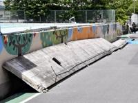 大阪北部地震でプールの外壁が崩れた高槻市立寿栄小学校の様子(写真:読売新聞/アフロ)