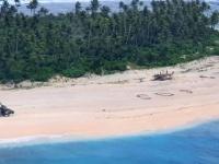 太平洋の孤島に漂着した3人、ビーチに描いた「SOS」で無事救助される(ミクロネシア)