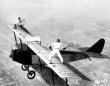 第一次世界大戦後、飛行機の翼の上でのパフォーマンスが流行。「ウィング・ウォーカー」と呼ばれた女性たち(アメリカ)