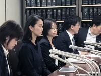 司法記者クラブで会見にのぞんだ詩織さん(左から2番目)