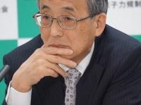 17日、記者会見する田中俊一委員長