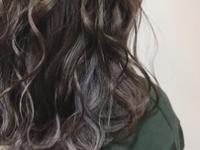 暗髪にアクセントを入れることで、普通過ぎないオリジナルカラーに