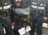 公衆の面前で晒し者にされている女性の窃盗容疑者