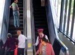 駅員さんのファインプレー! エスカレーターで倒れそうなおじいさんを助ける。