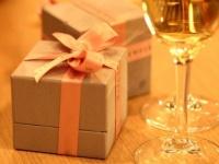 クリスマスプレゼントは事前にほしいものを聞かれたい? サプライズで渡されたい? 女子大生の意見は