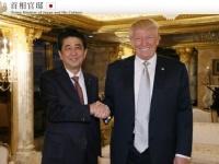 トランプ次期米国大統領と握手を交わす安倍総理(「首相官邸 HP」より)