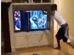 大人気ない…!笑 試合結果に納得いかない男がテレビをボッコボコに破壊。