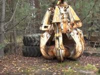 触れるな危険。チェルノブイリの森の中で発見された作業車両部品「チェルノブイリの爪」