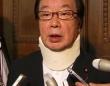 民主党の妨害行為で負傷した渡辺博道委員長