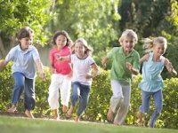 屋外活動の時間が長いほど近視発症率が低くなる(depositphotos.com)