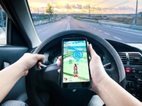 「ながら運転」は危険だという認識のないドライバーが……(depositphotos.com)