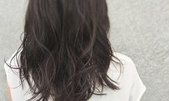 夏は敢えて暗髪に!クールなスタイルで魅せる、色っぽい女性に