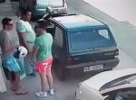 縦列駐車で車が出せない状態になった男性⇒ 目を疑う行動に…!