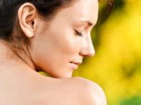 しつこい背中ニキビ! 5つの原因と皮膚科に行かずに治す方法4選