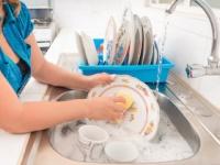 食器を洗った後に洗剤をすすがない国は少なくない(depositphotos.com)