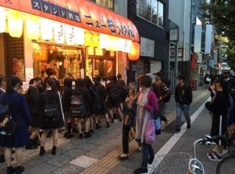 スタンド酒場の前に女子高生の行列ができる(井川智司さんFacebookページ