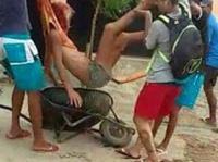 """無抵抗のまま一輪車で""""処刑場""""へと連行される彼女が最後にしたことは、破れたシャツを身に着けることだった"""