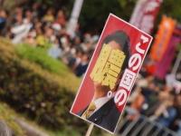 市民団体がデモで掲げたプラカード