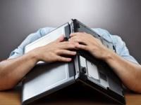 睡眠不足は生産性を下げる(shutterstock.com)
