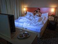 妊娠を望む男性はベッドでの映像鑑賞は避けるべき?(depositphotos.com)