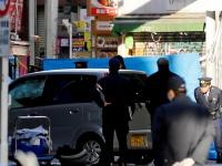 竹下通りを暴走した軽自動車と、現場検証する警察官ら(写真:ロイター/アフロ)