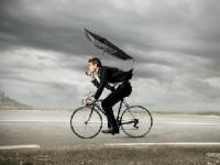 """再燃? 自転車の""""傘""""問題(shutterstock.com)"""
