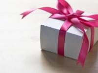 誕生日・記念日プレゼントは彼女に選んでほしい? 一緒に買いに行きたい? 男子大学生の多数派は