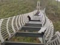 地上100メートルの吊り橋のガラスの床が強風で落下、観光客が立ち往生(中国)