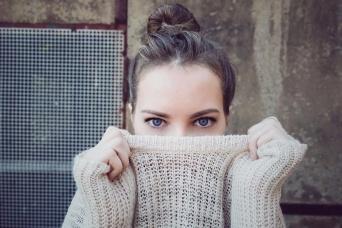 目の動きはどんな心理を示す? 「まばたき」「視線の位置」から分かること