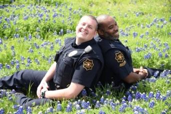 ファンタジーなお花畑できらっきらの笑顔を見せるアメリカ・テキサス州の警察官たち。SNSでブルーボネット・チャレンジ