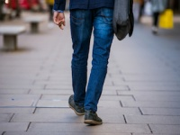 20代男性の外出回数は「平日で1.91回/休日で1.24回」(depositphotos.com)