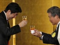 2015年経済団体新年会のあいさつで、賃上げを要請する安倍首相(ロイター/アフロ)