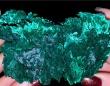 孔雀石の美しさを堪能できる動画。見事なまでのキャッツアイ効果