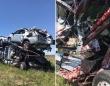 負傷者はいないのになぜ血しぶきのようなものが飛び散っているのか?トラックと車両運搬車の衝突事故現場の謎