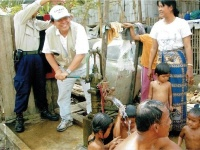 カンボジア西部のタイ国境近くの村で開削した井戸を押す松岡代表
