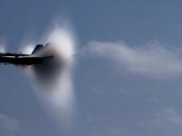 """""""音の壁""""に衝突する米海軍の戦闘機「F/A-18」 画像は「Wikimedia Commons」より引用"""