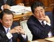 安倍晋三首相(右)と麻生太郎財務大臣(左)(写真:日刊現代/アフロ)