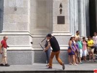 観光客の自撮り棒を園芸ばさみで片っ端から切っていく謎の男現る(アメリカ)