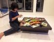ハロウィンイベントの時、娘にプレゼントの仕分けを手伝ってもらっている様子です。家庭内工業ですから