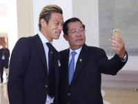 2016年、フン・セン首相を表敬訪問した際に首相とセルフィー(提供:小市琢磨)