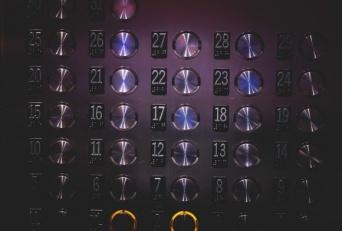 仰天ハプニング!突如エレベーターが急降下!すべてのボタンを押して危機を免れた9歳少女(中国)