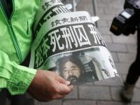 2018年7月6日、配布される読売新聞の号外(写真:AP/アフロ)
