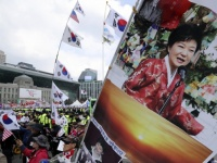 朴槿恵容疑者の逮捕に伴う韓国の抗議デモの様子(写真:AP/アフロ)