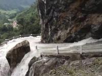 生きて帰れる気がしない!増水した滝の水が大量に流れ込む、断崖絶壁にある道(ネパール)