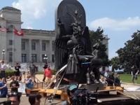 アーカンソー州の州議会議事堂前で悪魔教会が集会。悪魔像「バフォメット」が持ち運ばれる(アメリカ)