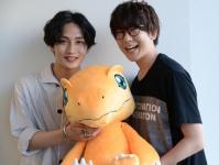舞台『デジモン』で主人公・太一を演じる松本岳(左)と『tri.』シリーズに出演している声優・花江夏樹(右)