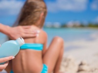 日焼け止めクリームの紫外線吸収剤には危険な化学物質が使われている(depositphotos.com)