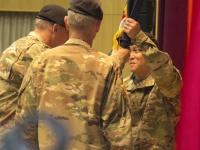前任のパスカレット少将から指揮官旗を受け取るルオン少将