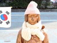 韓国・釜山の日本国総領事館前に設置された少女像(写真:YONHAP NEWS/アフロ)