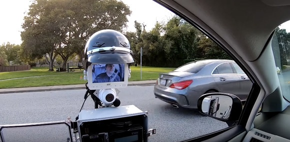アメリカで交通取り締まり役としてのポリスロボットが開発される。ドライバーと警官の間の暴力事件防止の為